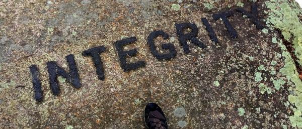 سنگ نوشته های راجر بابسون در دهکده داگ تاون، تور آمریکا