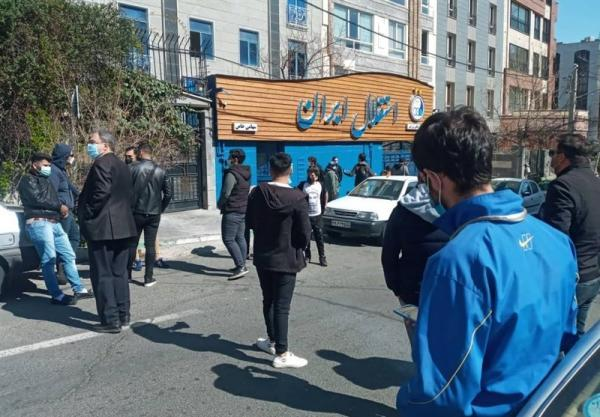 تنش مقابل ساختمان باشگاه استقلال، طرفداران معترض خواستار ملاقات با مددی شدند